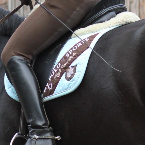 Eine Reiterin mit Rädchensporen und Gerte
