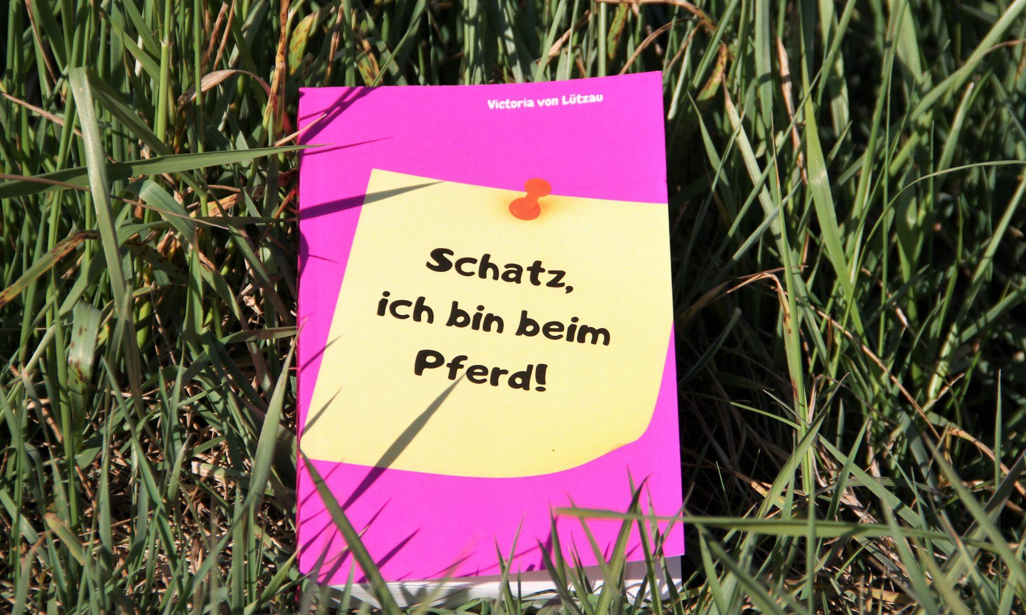 """Das Buch """"Schatz, ich bin beim Pferd!"""" liegt im Gras"""